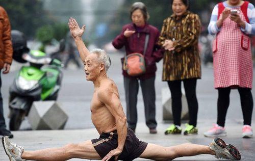 Cụ ông 72 tuổi vẫn vô tư cởi trần tập thể dục sáng mùa đông giá rét - Ảnh 4