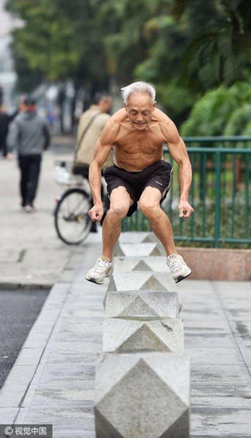 Cụ ông 72 tuổi vẫn vô tư cởi trần tập thể dục sáng mùa đông giá rét - Ảnh 5