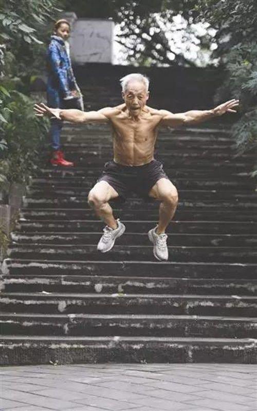 Cụ ông 72 tuổi vẫn vô tư cởi trần tập thể dục sáng mùa đông giá rét - Ảnh 6