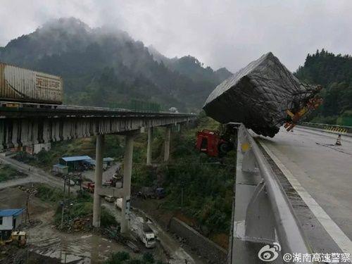 Hú hồn xe container treo lơ lửng trên cầu vượt như phim hành động - Ảnh 1