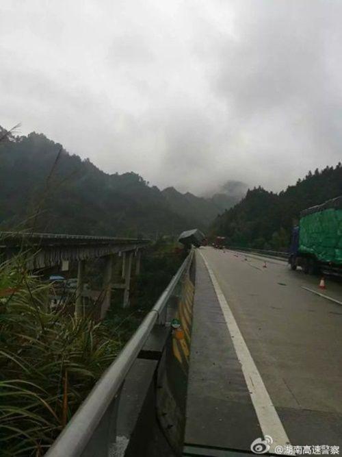 Hú hồn xe container treo lơ lửng trên cầu vượt như phim hành động - Ảnh 2