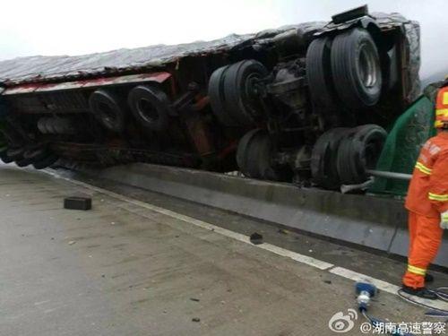Hú hồn xe container treo lơ lửng trên cầu vượt như phim hành động - Ảnh 6