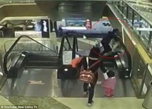 Bé 4 tháng tuổi tử vong vì rơi từ thang cuốn cao xuống do bà mất thăng bằng - Ảnh 1