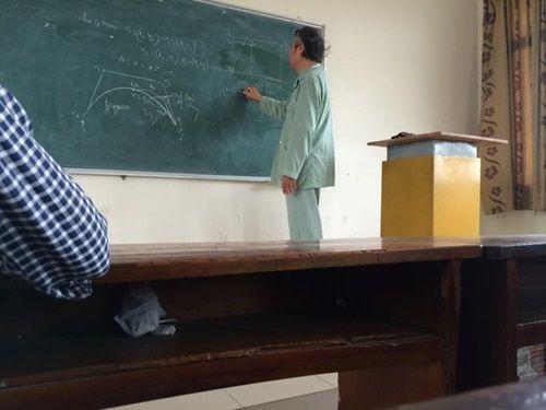 Những hình ảnh cảm động về các thầy, cô giáo  - Ảnh 5
