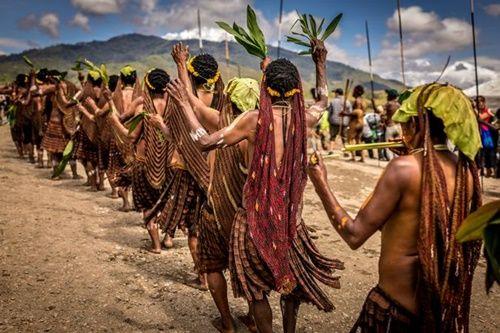 Hình ảnh bộ lạc có phong tục kì lạ để tỏ lòng thương tiếc người chết - Ảnh 3