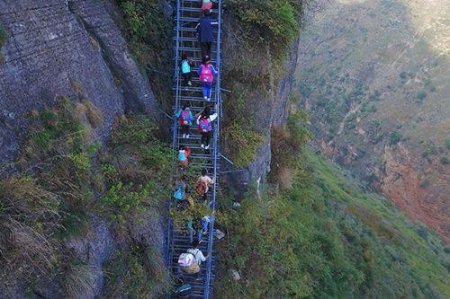 Thót tim, rơi nước mắt nhìn trẻ em leo cầu thép dựng đứng vách núi đến trường - Ảnh 1