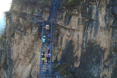 Thót tim, rơi nước mắt nhìn trẻ em leo cầu thép dựng đứng vách núi đến trường - Ảnh 2