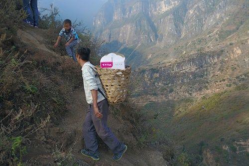 Thót tim, rơi nước mắt nhìn trẻ em leo cầu thép dựng đứng vách núi đến trường - Ảnh 11