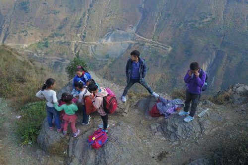 Thót tim, rơi nước mắt nhìn trẻ em leo cầu thép dựng đứng vách núi đến trường - Ảnh 12