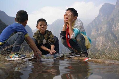 Thót tim, rơi nước mắt nhìn trẻ em leo cầu thép dựng đứng vách núi đến trường - Ảnh 13