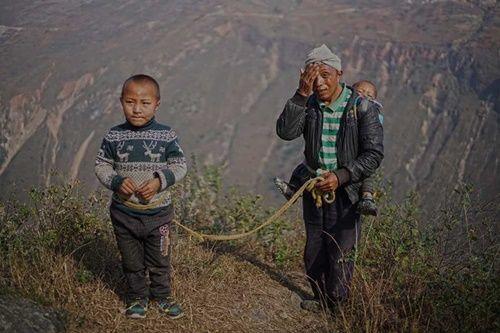 Thót tim, rơi nước mắt nhìn trẻ em leo cầu thép dựng đứng vách núi đến trường - Ảnh 14