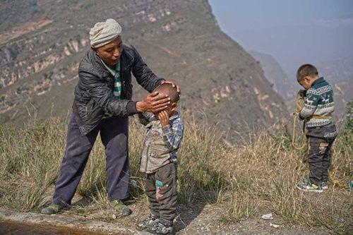 Thót tim, rơi nước mắt nhìn trẻ em leo cầu thép dựng đứng vách núi đến trường - Ảnh 15