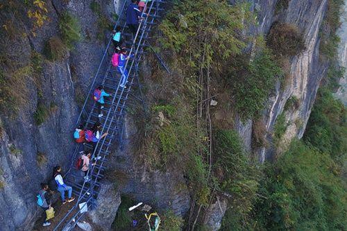 Thót tim, rơi nước mắt nhìn trẻ em leo cầu thép dựng đứng vách núi đến trường - Ảnh 16