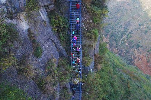 Thót tim, rơi nước mắt nhìn trẻ em leo cầu thép dựng đứng vách núi đến trường - Ảnh 17