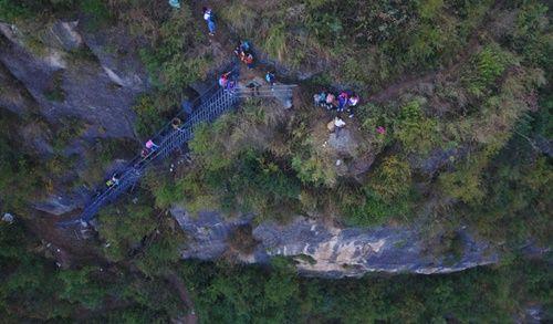 Thót tim, rơi nước mắt nhìn trẻ em leo cầu thép dựng đứng vách núi đến trường - Ảnh 18