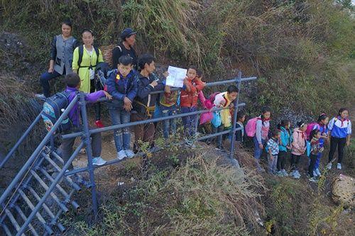 Thót tim, rơi nước mắt nhìn trẻ em leo cầu thép dựng đứng vách núi đến trường - Ảnh 19