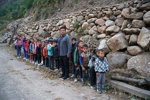 Thót tim, rơi nước mắt nhìn trẻ em leo cầu thép dựng đứng vách núi đến trường - Ảnh 3