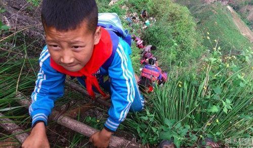 Thót tim, rơi nước mắt nhìn trẻ em leo cầu thép dựng đứng vách núi đến trường - Ảnh 22