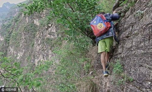 Thót tim, rơi nước mắt nhìn trẻ em leo cầu thép dựng đứng vách núi đến trường - Ảnh 23