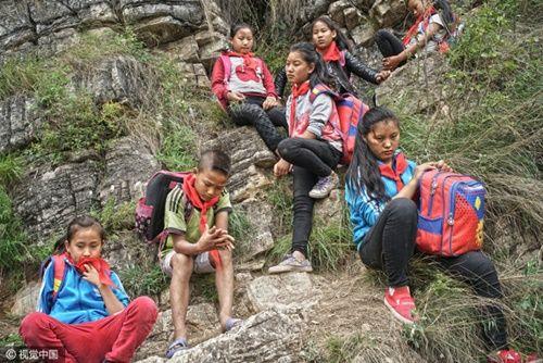 Thót tim, rơi nước mắt nhìn trẻ em leo cầu thép dựng đứng vách núi đến trường - Ảnh 25