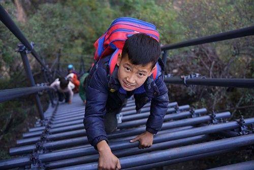 Thót tim, rơi nước mắt nhìn trẻ em leo cầu thép dựng đứng vách núi đến trường - Ảnh 4