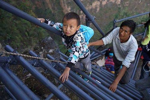 Thót tim, rơi nước mắt nhìn trẻ em leo cầu thép dựng đứng vách núi đến trường - Ảnh 5