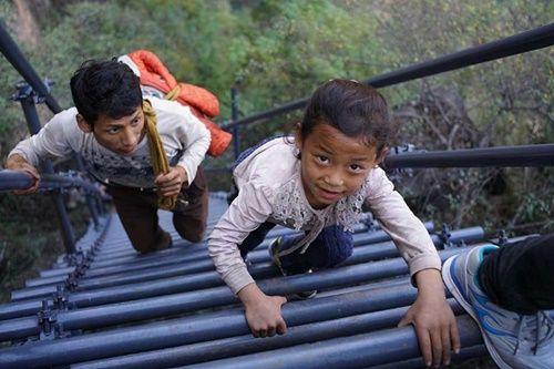Thót tim, rơi nước mắt nhìn trẻ em leo cầu thép dựng đứng vách núi đến trường - Ảnh 6
