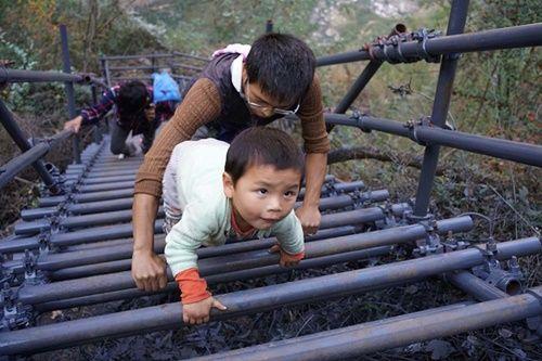 Thót tim, rơi nước mắt nhìn trẻ em leo cầu thép dựng đứng vách núi đến trường - Ảnh 7
