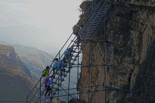 Thót tim, rơi nước mắt nhìn trẻ em leo cầu thép dựng đứng vách núi đến trường - Ảnh 8