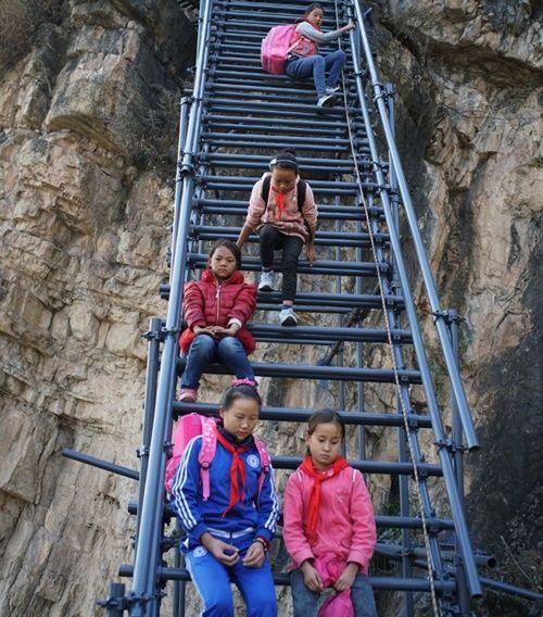 Thót tim, rơi nước mắt nhìn trẻ em leo cầu thép dựng đứng vách núi đến trường - Ảnh 9