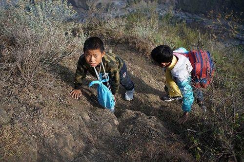 Thót tim, rơi nước mắt nhìn trẻ em leo cầu thép dựng đứng vách núi đến trường - Ảnh 10
