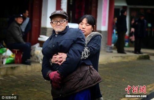 Cảm phục tấm lòng người con gái hiếu thảo dành cho cha già bị bại liệt - Ảnh 4
