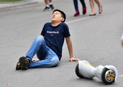 Ôm nhau trượt xe điện thăng bằng bất chấp nguy cơ tai nạn - Ảnh 13