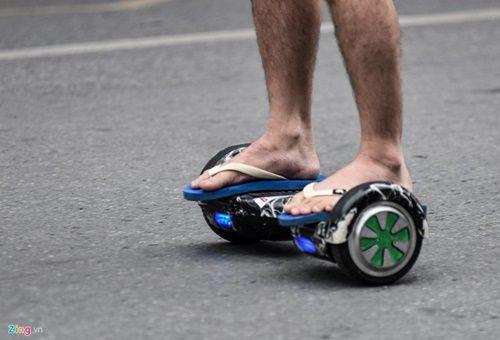 Ôm nhau trượt xe điện thăng bằng bất chấp nguy cơ tai nạn - Ảnh 4