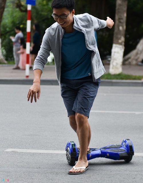 Ôm nhau trượt xe điện thăng bằng bất chấp nguy cơ tai nạn - Ảnh 8