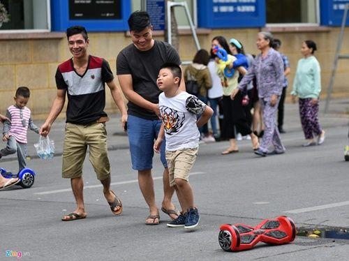 Ôm nhau trượt xe điện thăng bằng bất chấp nguy cơ tai nạn - Ảnh 9