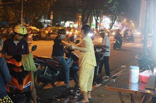 Người Sài Gòn nửa đêm háo hức đi ăn 'xôi nhà xác' - Ảnh 5