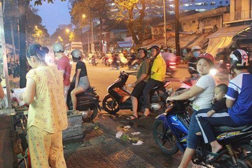 Người Sài Gòn nửa đêm háo hức đi ăn 'xôi nhà xác' - Ảnh 6