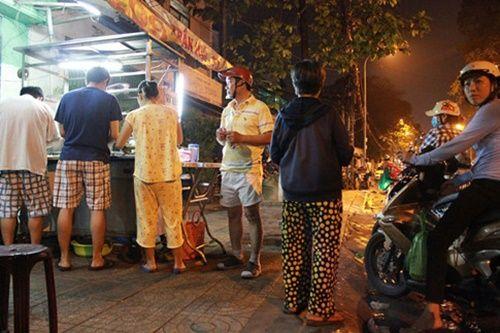 Người Sài Gòn nửa đêm háo hức đi ăn 'xôi nhà xác' - Ảnh 9
