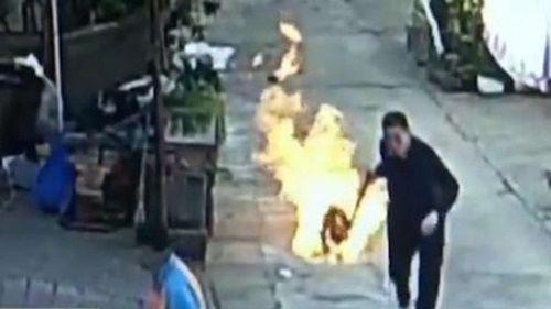 Người đàn ông liều mình xông vào chỗ hiểm nguy để cứu người dân trong vụ nổ gas - Ảnh 1