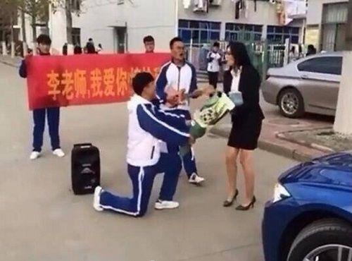Màn cầu hôn của học sinh cấp 3 dành cho cô giáo đã bị từ chối kịch liệt - Ảnh 1