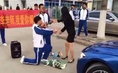 Màn cầu hôn của học sinh cấp 3 dành cho cô giáo đã bị từ chối kịch liệt - Ảnh 2