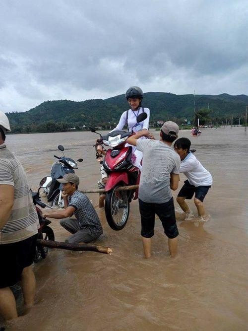 Cộng đồng mạng ca ngợi 4 soái ca khiêng nữ sinh cùng xe máy qua vùng lũ - Ảnh 2