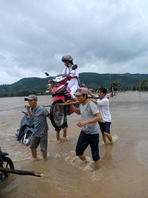 Cộng đồng mạng ca ngợi 4 soái ca khiêng nữ sinh cùng xe máy qua vùng lũ - Ảnh 1