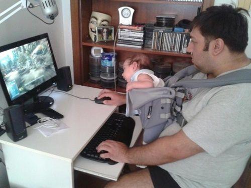 Những hình ảnh ngộ nghĩnh khi các bậc cha mẹ chăm sóc con nhỏ - Ảnh 9