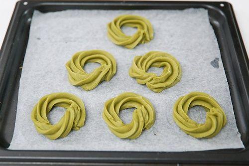 Cách làm bánh quy matcha trang trí hình vòng hoa giáng sinh đơn giản - Ảnh 5