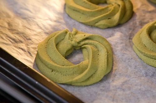 Cách làm bánh quy matcha trang trí hình vòng hoa giáng sinh đơn giản - Ảnh 6