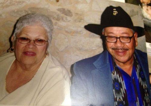 Cảm động cặp vợ chồng nắm tay nhau qua đời sau 58 năm chung sống - Ảnh 1
