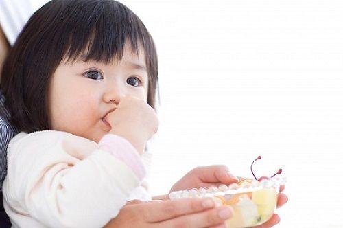 Trẻ em hay mút ngón tay cái ít bị dị ứng hơn khi trưởng thành - Ảnh 1
