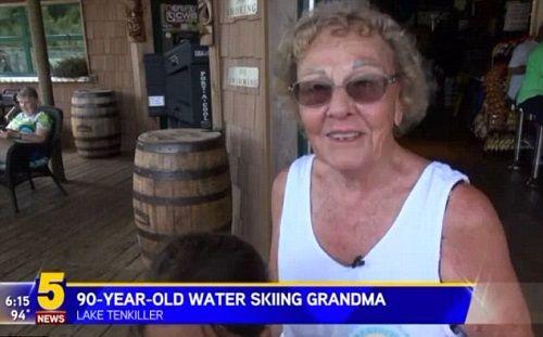 Cụ bà 90 tuổi vẫn biểu diễn kỹ thuật lướt ván điêu luyện - Ảnh 1